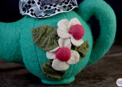 alice in wonderland - mouse in teapot pot detail
